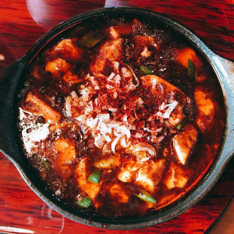 鉄鍋にのった麻婆豆腐